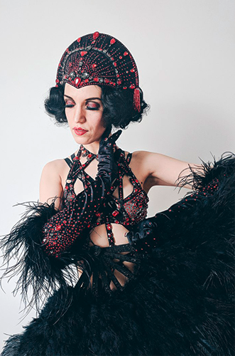 Künstleragentur-Burlesque-Tänzerin-Heldin-101-7-Bild-Sedcard-Heroine-Artists