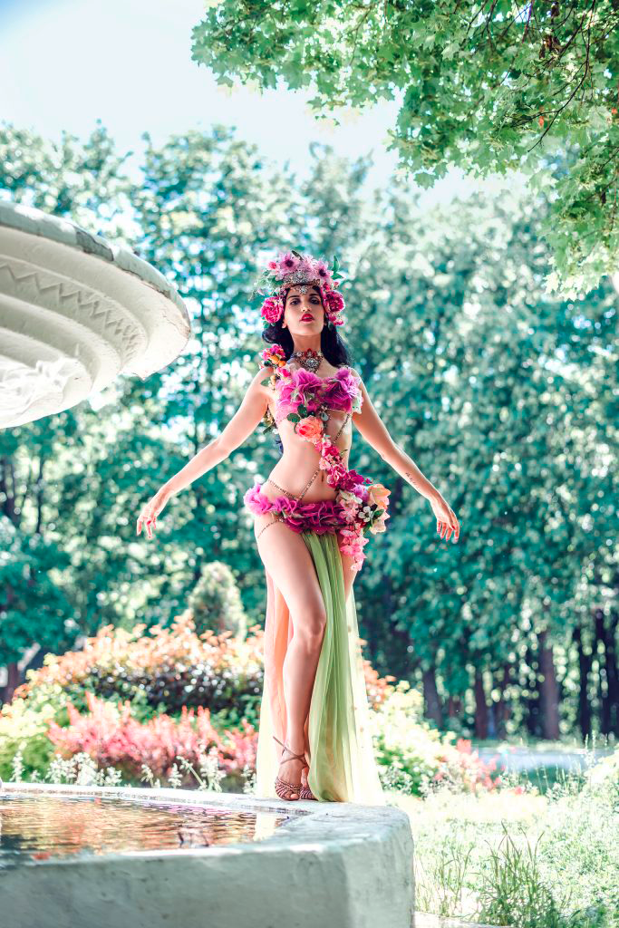 Künstleragentur-Burlesque-Tänzerin-Heldin-101-8-Bild-Sedcard-Heroine-Artists