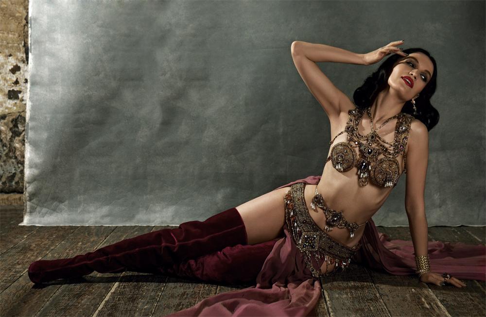 Künstleragentur-Burlesque-Tänzerin-Heldin-101-10-Bild-Sedcard-Heroine-Artists