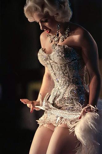Künstleragentur-Burlesque-Tänzerin-Heldin-102-12-Bild-Sedcard-Heroine-Artists