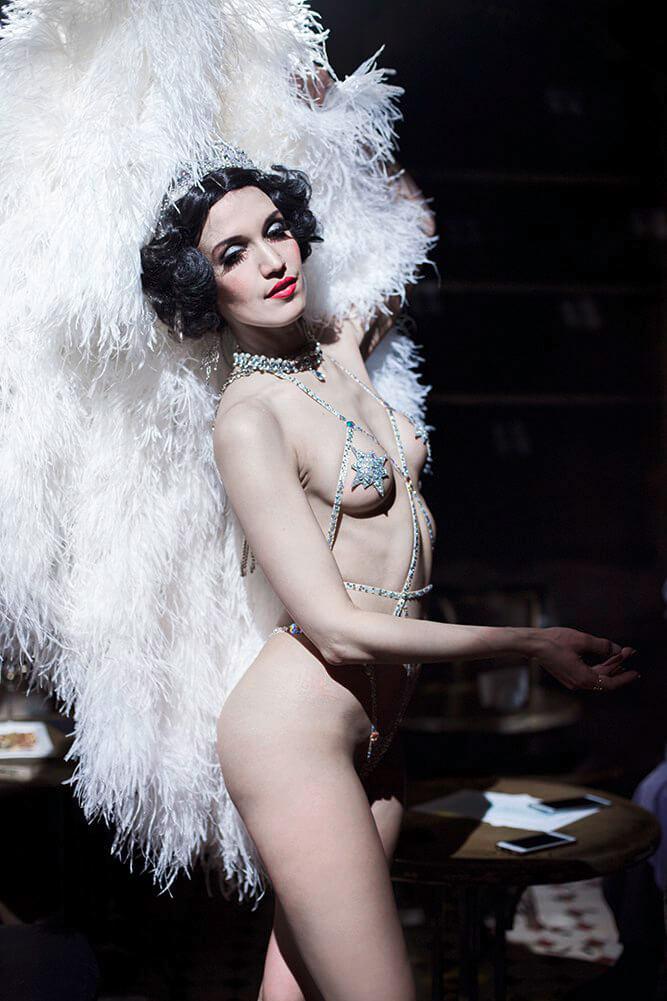 Künstleragentur-Burlesque-Tänzerin-Heldin-101-Subhead-Bild-Sedcard-Heroine-Artists