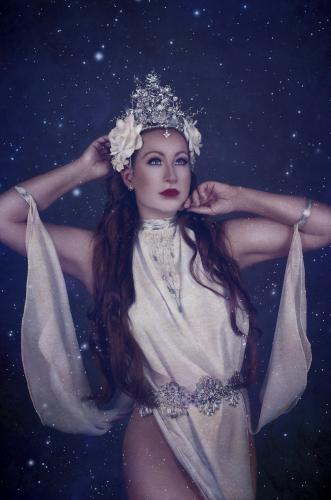 Künstleragentur-Burlesque-Sideshow-HeldIn-505-6-Bild-Sedcard-Heroine-Artists
