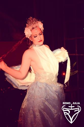 Künstleragentur-Burlesque-Sideshow-Heldin-505-3-Bild-Sedcard-Heroine-Artists