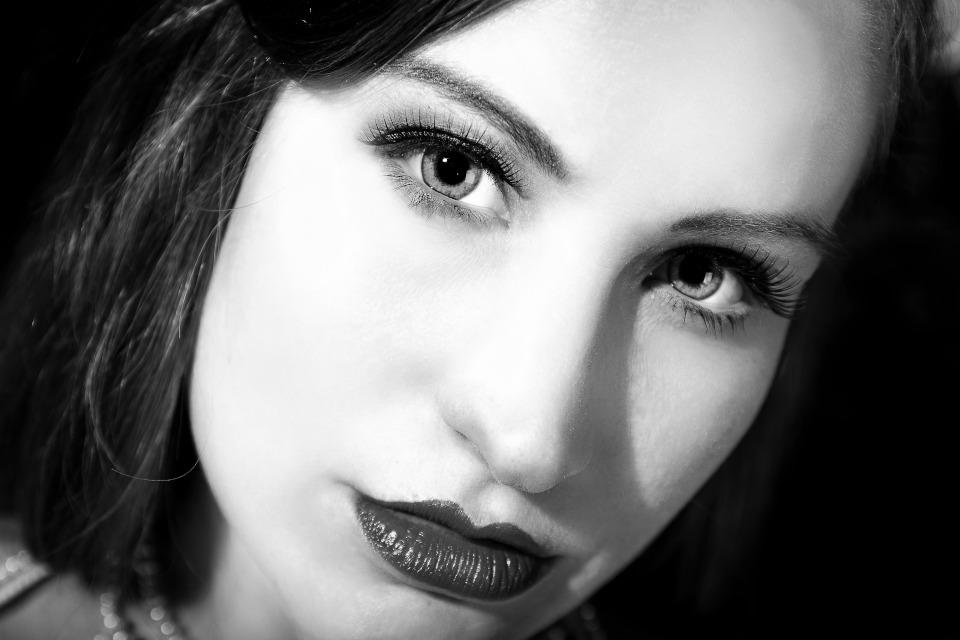 Künstleragentur-Burlesque-Sideshow-HeldIn-505-5-Bild-Sedcard-Heroine-Artists