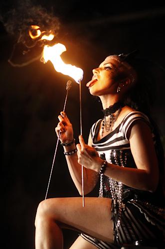 Künstleragentur-Burlesque-Sideshow-Heldin-509-4-Bild-Sedcard-Heroine-Artists