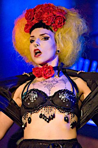 Künstleragentur-Burlesque-Sideshow-Heldin-509-8-Bild-Sedcard-Heroine-Artists
